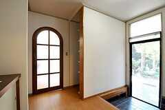 アーチ状のドアの先はリビングです。(2011-09-29,共用部,OTHER,1F)