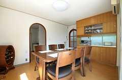 リビングの様子3。右手の食器棚脇のドアからキッチンへ行けます。(2011-09-29,共用部,LIVINGROOM,1F)