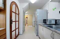 キッチン脇に冷蔵庫があり、奥にランドリースペースがあります。(2011-09-29,共用部,KITCHEN,1F)