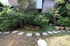 庭の様子。飛び石が置かれています。(2011-09-29,共用部,OTHER,1F)