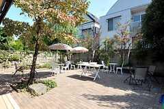 庭にはガーデンチェア・テーブル、パラソルが置かれ、BBQコンロも用意されています。(2011-09-29,共用部,OTHER,1F)