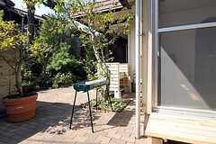 玄関脇のバーベキューコンロと洗い場の様子。(2011-09-29,共用部,OTHER,1F)