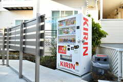 敷地内に自動販売機が設置されています。(2017-04-27,共用部,OTHER,1F)