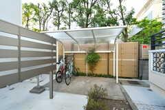 自転車置き場は敷地の奥の方に用意されています。(2017-04-27,共用部,GARAGE,1F)