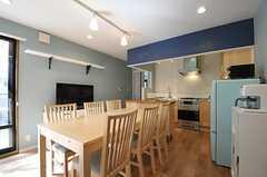 リビングの様子。テーブルの天板は広げることができます。(2013-02-25,共用部,LIVINGROOM,1F)