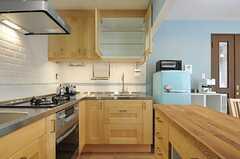 キッチンの様子3。吊り戸棚もあります。(2013-02-25,共用部,KITCHEN,1F)