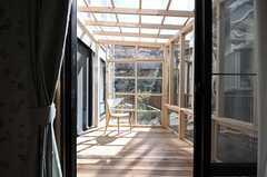 掃出窓の先はサンルームです。(105号室)(2013-02-25,専有部,ROOM,1F)