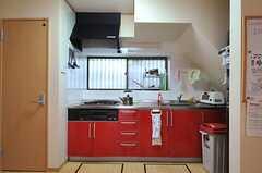 赤色が目を引くキッチン。(2014-04-14,共用部,KITCHEN,1F)
