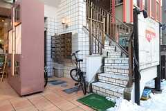 階段とポストの様子。ポストは部屋ごとに用意されています。階段を上った先に玄関があります。(2013-01-15,共用部,OUTLOOK,1F)