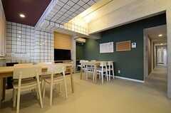 リビングの様子2。右手に見える廊下は水回り、各部屋へと続いています。(2013-01-15,共用部,LIVINGROOM,2F)