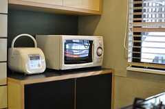 キッチン家電の様子。置かれた棚には共用の食器が収納されています。(2013-01-15,共用部,KITCHEN,2F)