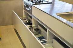 キッチン下の収納の様子。(2013-01-15,共用部,KITCHEN,2F)
