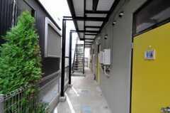外廊下の柵側が自転車置き場になっています。(2010-09-14,共用部,GARAGE,1F)