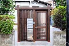 シェアハウスの門扉。(2012-08-10,周辺環境,ENTRANCE,1F)