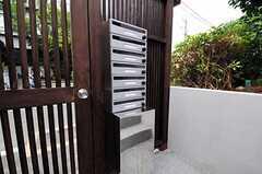 部屋別の郵便受けの下には宅配ボックスがあります。(2012-08-10,周辺環境,ENTRANCE,1F)
