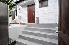 門扉からは階段を5段ほど上ります。(2012-08-10,周辺環境,ENTRANCE,1F)