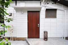 シェアハウスの正面玄関。傘立ては玄関脇に置いてあります。(2012-08-10,周辺環境,ENTRANCE,1F)