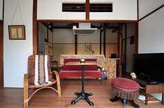 多様ながら、色調の整った椅子が並んでいます。(2012-08-10,共用部,LIVINGROOM,1F)