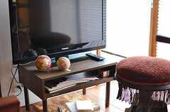 共用TVの様子。手毬がころん。(2012-08-10,共用部,TV,1F)
