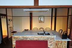 キッチンの様子。椅子の背もたれはパターンが2種類。(2012-08-10,共用部,KITCHEN,1F)