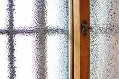 窓の様子。味があります。(101号室)(2012-08-10,専有部,ROOM,1F)
