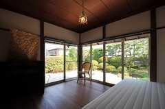 窓からは庭の緑がたっぷり楽しめます。(106号室)(2012-08-10,専有部,ROOM,1F)
