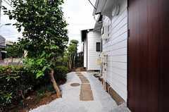 玄関脇の様子。こちらから直接庭に向かえます。(2012-08-10,共用部,OTHER,1F)