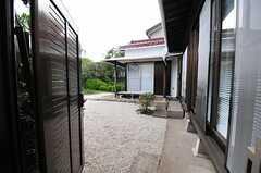 庭の様子。駐輪スペースとして使用します。(2012-08-10,共用部,OTHER,1F)