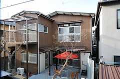 シェアハウスの外観。ウッドデッキのテラス付きです。(2012-03-16,共用部,OUTLOOK,1F)