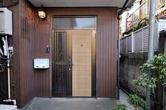 シェアハウスの正面玄関。通りからは奥まった場所にあります。(2012-03-16,周辺環境,ENTRANCE,1F)