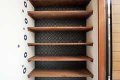 靴箱の様子。壁紙のステキ。(2012-03-16,周辺環境,ENTRANCE,1F)