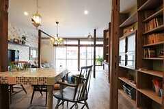 玄関側から見たリビング全体の様子。掃き出し窓からはテラスに出られます。(2012-03-16,共用部,LIVINGROOM,1F)