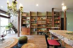 TV側から見たリビングの様子。大きな本棚が備え付けられています。(2012-03-16,共用部,LIVINGROOM,1F)