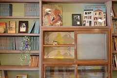 改装前に置いてあったという棚が埋め込まれています。ダイアガラスが懐かしい。背面が可愛らしい壁紙でリニューアルされています。(2012-03-16,共用部,OTHER,1F)