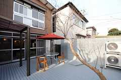 テラスの様子。サルスベリの木があります。(2012-03-16,共用部,OTHER,1F)
