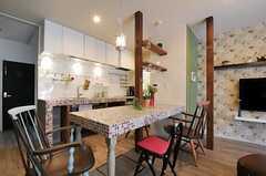 キッチンとダイニングテーブル周辺の様子。(2012-03-16,共用部,KITCHEN,1F)