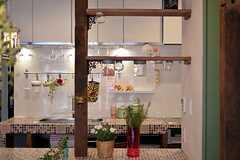 造作された棚には、蓋が固定されたビンがあり、浮いているように見えます。ガラス部分を回転させて取り外します。(2012-03-16,共用部,KITCHEN,1F)