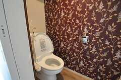 ウォシュレット付きトイレの様子。壁紙は強めの主張。(2012-03-16,共用部,TOILET,2F)