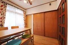 廊下側から見たリビングの様子。正面左が101号室、右が102号室。右壁のドアの先がキッチンです。(2012-03-09,共用部,LIVINGROOM,1F)
