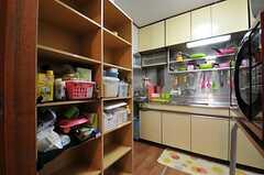左手の棚は部屋ごとに分けられた食材などを置けるスペースです。(2012-03-09,共用部,KITCHEN,1F)