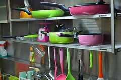 鍋類はシンク上に置かれています。(2012-03-09,共用部,KITCHEN,1F)