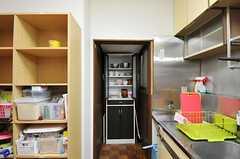 奥まった場所に食器棚があります。(2012-03-09,共用部,KITCHEN,1F)