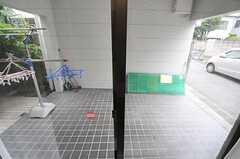掃き出し窓の外の様子。(101号室)(2012-07-20,専有部,ROOM,1F)