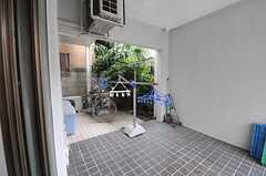 外は洗濯物などを干せるスペースとなっています。(101号室)(2012-07-20,専有部,ROOM,1F)