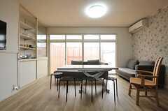 掃出窓からはベランダに出られます。(2013-03-27,共用部,LIVINGROOM,2F)