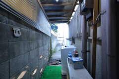 勝手口には洗濯機が設置されています。(2016-02-26,共用部,OTHER,1F)