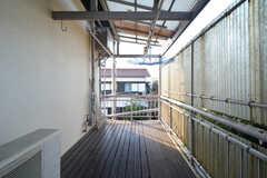屋根が付いているので、雨の日でも洗濯物を干すことができます。(2016-02-26,共用部,OTHER,2F)