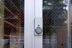 玄関の鍵はカードキーで開閉します。(2011-06-14,周辺環境,ENTRANCE,1F)