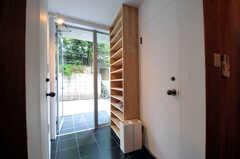 内部から見た玄関周りの様子。靴箱があり、その隣りがドライイングルーム、その向かいが103号室です。(2011-06-14,周辺環境,ENTRANCE,1F)