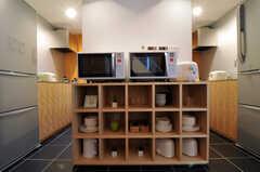 食器棚を挟んで、両脇にキッチンがあります。(2011-06-14,共用部,KITCHEN,1F)